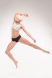 El blonde deportivo muestra ejercicios acrobáticos Fotos de archivo