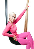 El Blonde en deportes rosados se adapta a sentarse en el colgante de la hamaca Fotos de archivo libres de regalías
