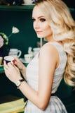 El blonde hermoso con una taza Foto de archivo libre de regalías