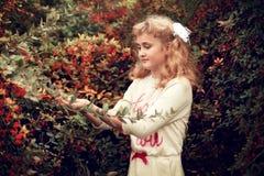 El blonde hermoso de la muchacha en el verano toma el cuidado del bushe del bérbero Fotos de archivo libres de regalías