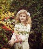 El blonde hermoso de la muchacha en el verano toma el cuidado del bushe del bérbero Fotos de archivo