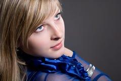 El blonde hermoso en una alineada azul marino Fotografía de archivo