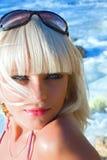 El blonde joven sexual la muchacha en una playa Fotografía de archivo