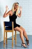 El blonde maduro en los altos talones Foto de archivo libre de regalías