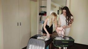 El Blonde roba de la ropa interior morena de una maleta almacen de metraje de vídeo