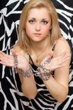 El blonde sensual estira hacia fuera sus manos en cadenas Foto de archivo libre de regalías