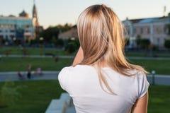 El blonde trasero lleva a hombros la ciudad Imágenes de archivo libres de regalías