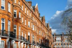 El bloque costoso de Edwardian de apartamentos del ladrillo rojo del período encontró típicamente en Kensington, Londres del oest fotografía de archivo libre de regalías
