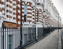 El bloque costoso de Edwardian de apartamentos del período encontró típicamente en Kensington, Londres del oeste, Inglaterra, Rei imagen de archivo libre de regalías