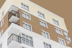 El bloque de apartamentos del arte debajo del cielo marrón abstracto Aislado Visión inferior Fotos de archivo libres de regalías