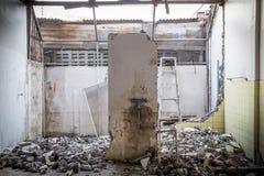 El bloque de cemento abandonado de la casa destruye Imágenes de archivo libres de regalías