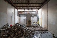El bloque de cemento abandonado de la casa destruye Foto de archivo libre de regalías