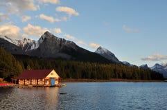 El Boathouse en el lago en la puesta del sol, jaspe Maligne Fotos de archivo libres de regalías