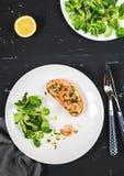 El bocadillo caliente sano con los camarones y la ensalada verde se vistió con aceite y el limón de oliva Foto de archivo libre de regalías