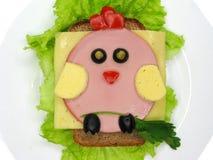 El bocadillo creativo de la comida con la salchicha y el queso sirvió en lechuga Imagen de archivo