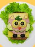 El bocadillo creativo de la comida con la salchicha y el queso sirvió en lechuga Fotos de archivo libres de regalías