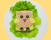El bocadillo creativo de la comida con la salchicha y el queso sirvió en lechuga Foto de archivo
