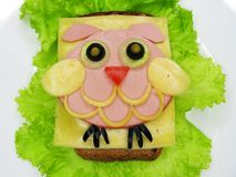 El bocadillo creativo de la comida con la salchicha y el queso sirvió en lechuga Imagen de archivo libre de regalías