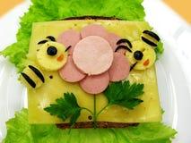El bocadillo creativo de la comida con la salchicha y el queso sirvió en lechuga Fotografía de archivo libre de regalías