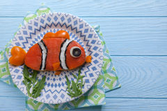 El bocadillo de color salmón divertido para los niños almuerza en una tabla Foto de archivo libre de regalías