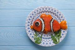 El bocadillo de color salmón divertido para los niños almuerza en una tabla Fotos de archivo libres de regalías