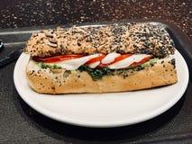 El bocadillo de la mozzarella en Poppy Seed Bread sirvió con la bandeja Imagen de archivo