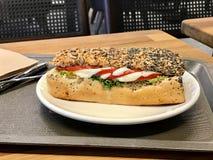 El bocadillo de la mozzarella en Poppy Seed Bread sirvió con la bandeja Foto de archivo