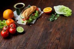 El bocadillo del almuerzo con queso, verduras e hierbas sirvió con la fruta cítrica y el café, foco selectivo, primer, visión sup Fotografía de archivo libre de regalías