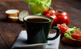 El bocadillo del almuerzo con queso y verduras sirvió con la fruta cítrica y el café, foco selectivo, primer, visión superior Fotos de archivo
