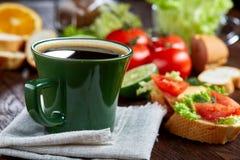 El bocadillo del almuerzo con queso y verduras sirvió con la fruta cítrica y el café, foco selectivo, primer, visión superior Fotografía de archivo libre de regalías