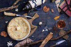 El bocado de crepes remató con mantequilla y el vidrio de vino en de madera Fotos de archivo libres de regalías