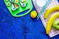El bocado de Fuit para clildren Bocadillos, frutas y leche divertidos en copyspace azul de la opinión superior del fondo de la ta Fotos de archivo