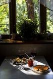 El bocado exquisito con el caviar rojo y el gastrónomo wine Imagenes de archivo