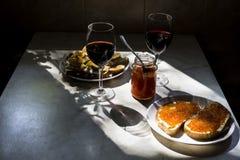 El bocado exquisito con el caviar rojo y el gastrónomo wine Foto de archivo
