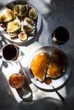 El bocado exquisito con el caviar rojo y el gastrónomo wine Fotos de archivo