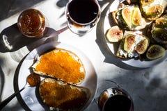 El bocado exquisito con el caviar rojo y el gastrónomo wine Imagen de archivo libre de regalías