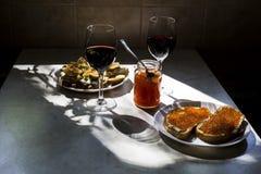 El bocado exquisito con el caviar rojo y el gastrónomo wine Fotos de archivo libres de regalías