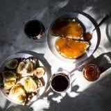El bocado exquisito con el caviar rojo y el gastrónomo wine Imagen de archivo