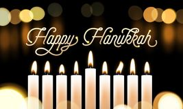 El bokeh feliz de las luces de la vela de Jánuca y el texto de oro de la caligrafía para la tarjeta de felicitación judía del día