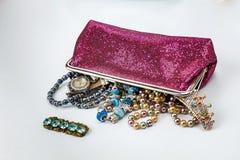 El bolso cosmético se llena de los ornamentos foto de archivo