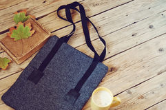El bolso de lana de las mujeres con una taza de latte Foto de archivo libre de regalías