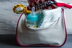 El bolso de las mujeres con los artículos al cuidado para el niño Foto de archivo