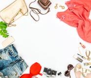 El bolso de los cosméticos de los complementos calza vacaciones de verano fotos de archivo