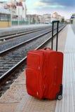 El bolso del recorrido se coloca en la plataforma cerca de pistas ferroviarias Imagen de archivo libre de regalías