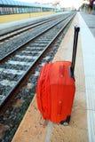 El bolso del recorrido se coloca en la plataforma cerca de pistas ferroviarias Imagen de archivo
