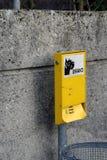 El bolso inútil del perro automatiza en Nyon, Suiza foto de archivo