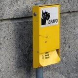 El bolso inútil del perro automatiza en Nyon, Suiza imagen de archivo libre de regalías