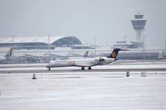 El bombardero CRJ-900 D-ACKD de Lufthansa CityLine aterrizó en el aeropuerto de Munich Imágenes de archivo libres de regalías