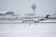 El bombardero CRJ-900 D-ACKD de Lufthansa CityLine aterrizó en el aeropuerto de Munich Fotos de archivo libres de regalías