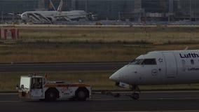 El bombardero CRJ900 de Lufthansa se tira a remolque almacen de video